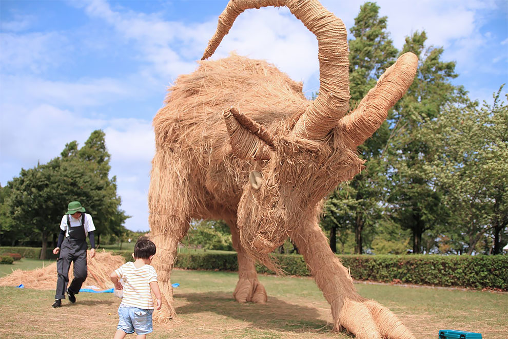 Wonderful Gigantic Straw Sculptures to Celebrate Rice Harvest Season